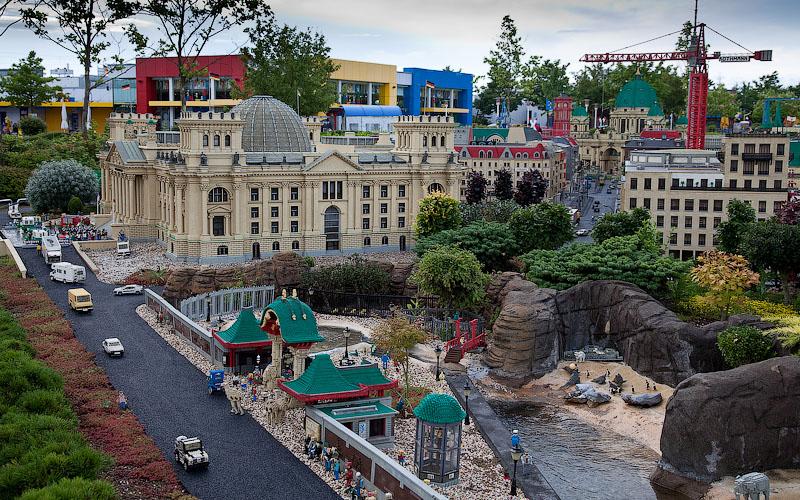Слева возвышается здание немецкого парламента, а справа знаменитый Берлинский зоопарк