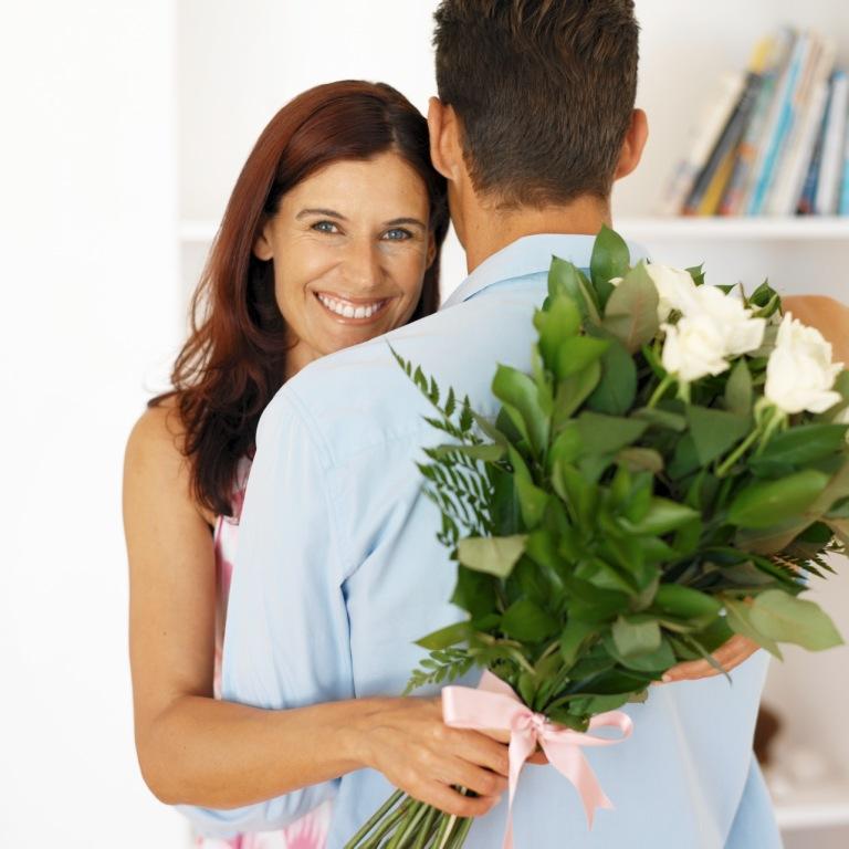 Когда девушке дарить цветы