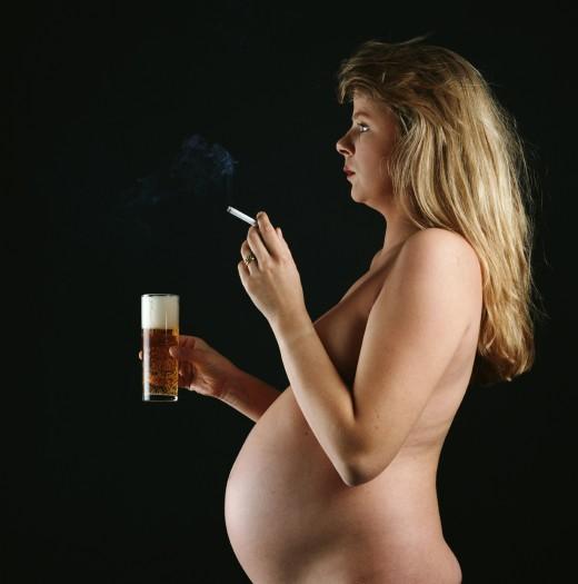 Беременные женщины курят, чтобы сберечь фигуру и закалить детей