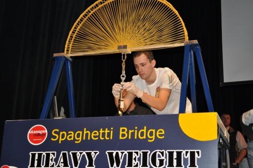 Самый прочный мост из спагетти был выбран в Канаде