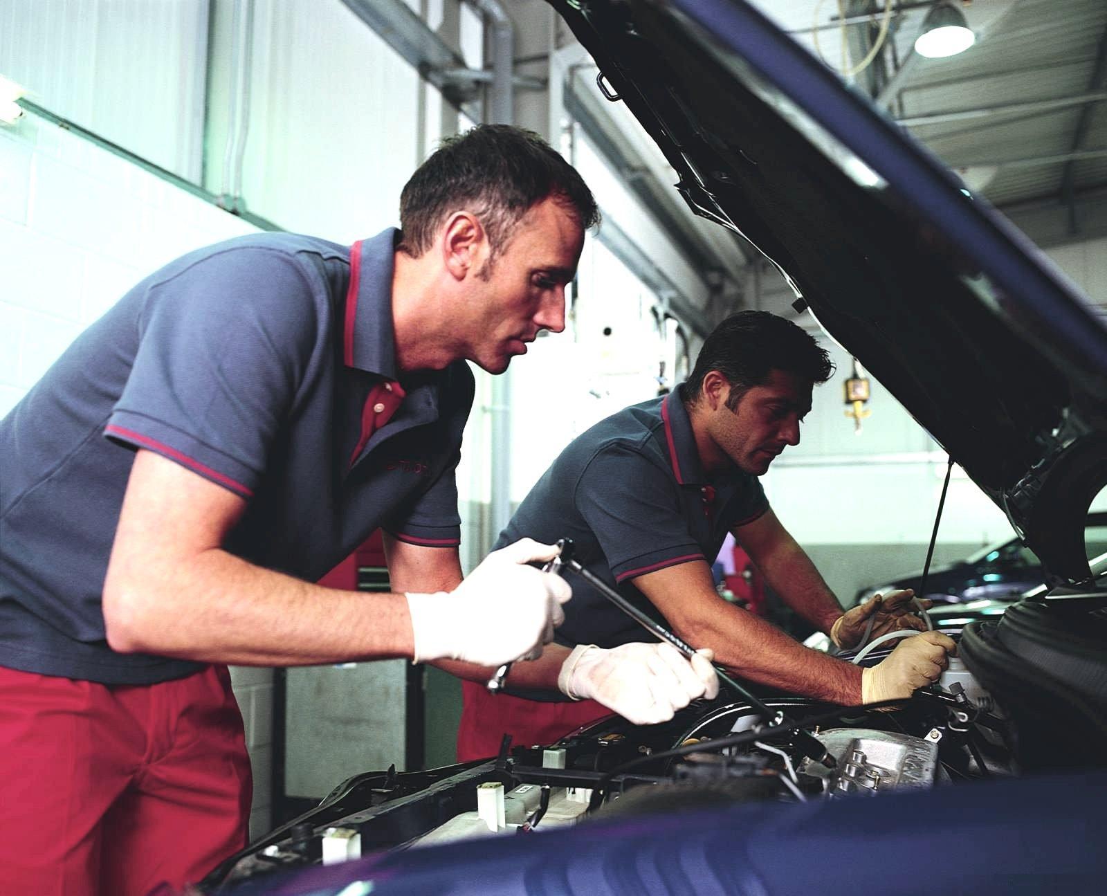 и мастер ремонту автомобилей обслуживанию по