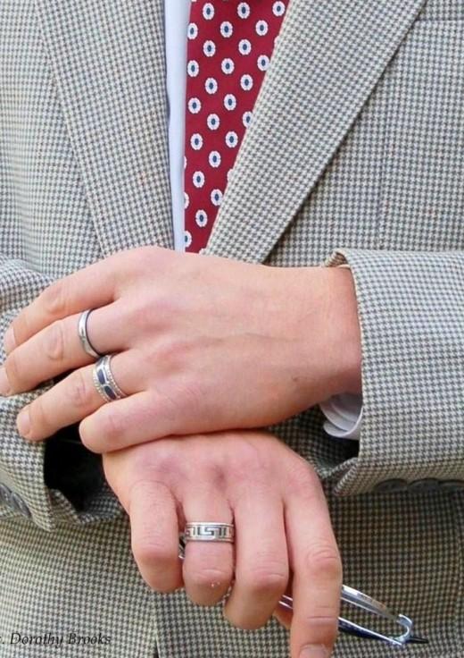 На каком пальце носят кольца мужчины?