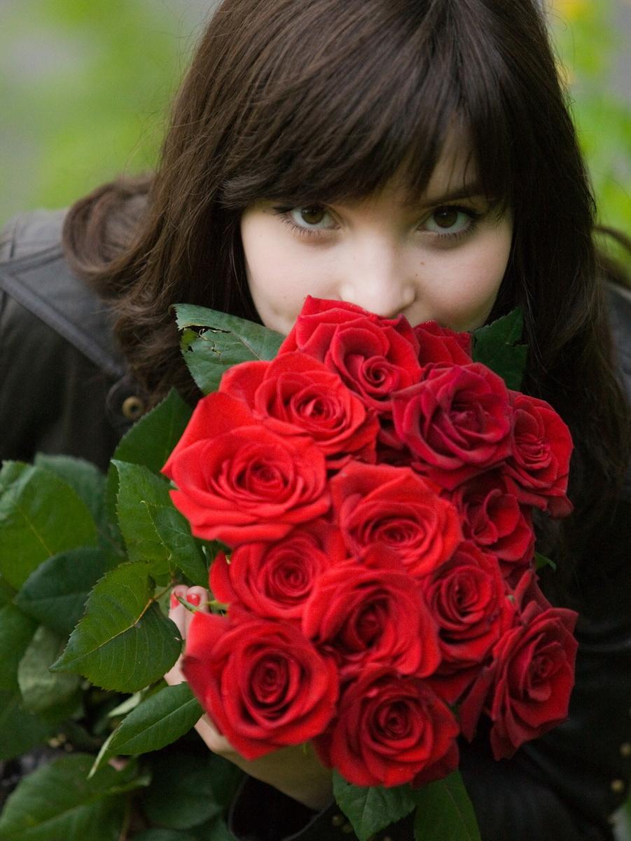Девушка с букетом цветов дома