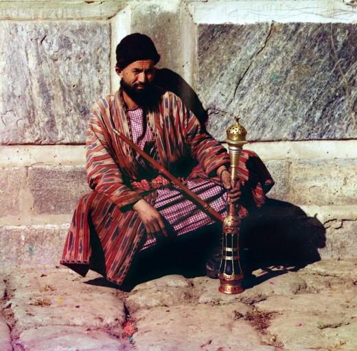 http://mygazeta.com/i/2014/06/Man_sitting_and_holding_a_hookah-520x512.jpg