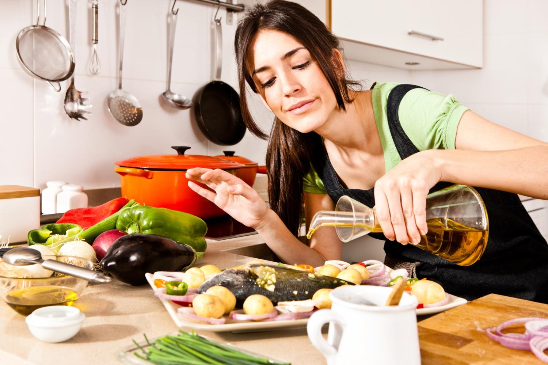 Фото приготовления еды девушкой