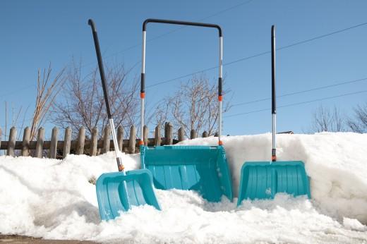 Уборка снега лопатой и скрепером: советы от GARDENA