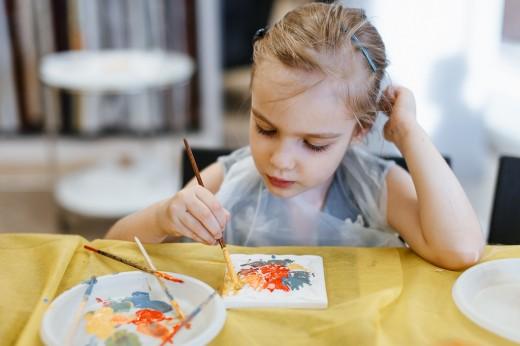 С 3 декабря на ВДНХ детей и взрослых учат делать новогодние украшения