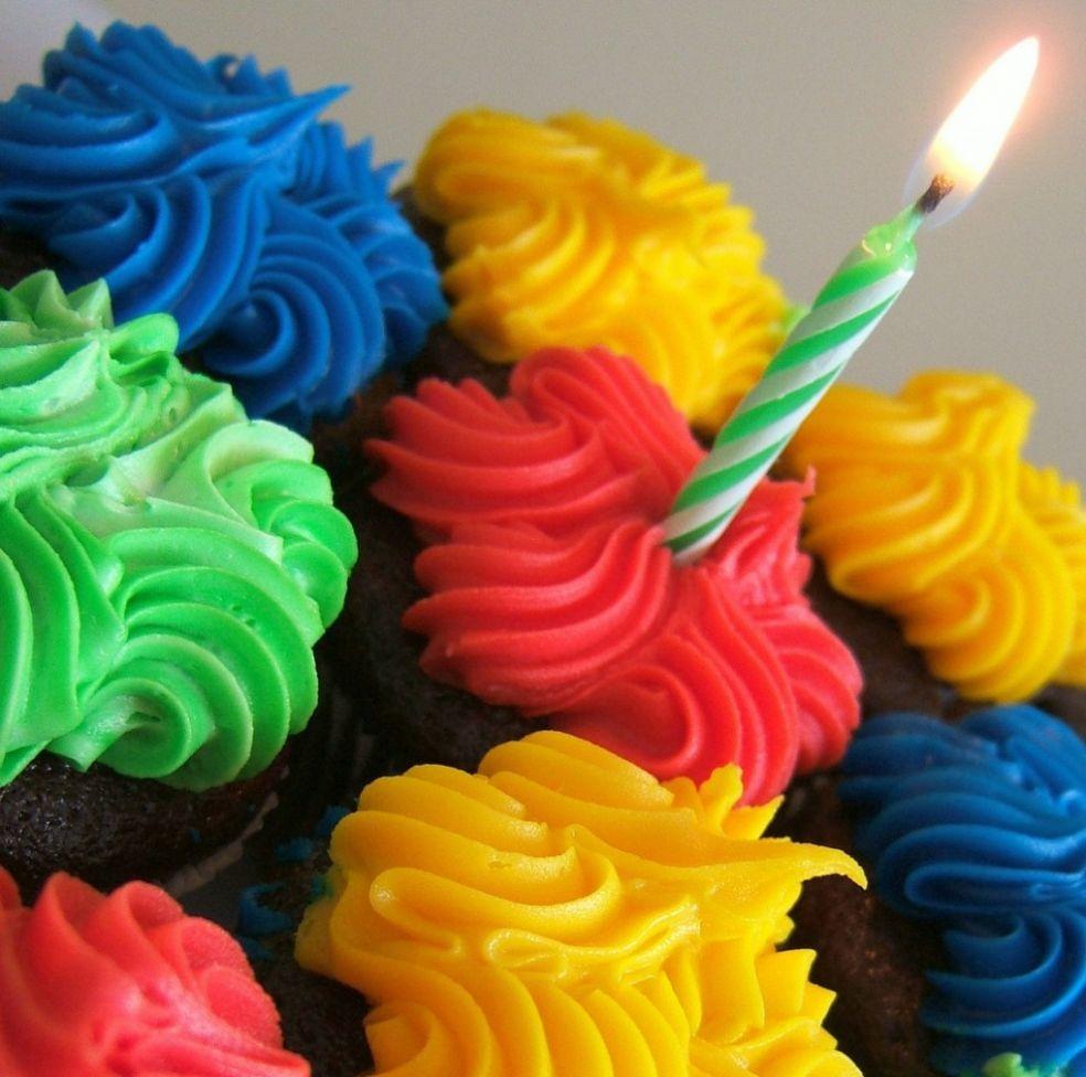 Свеча на торте