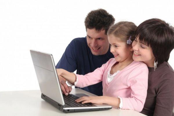 Девочка за ноутбуком со взрослыми