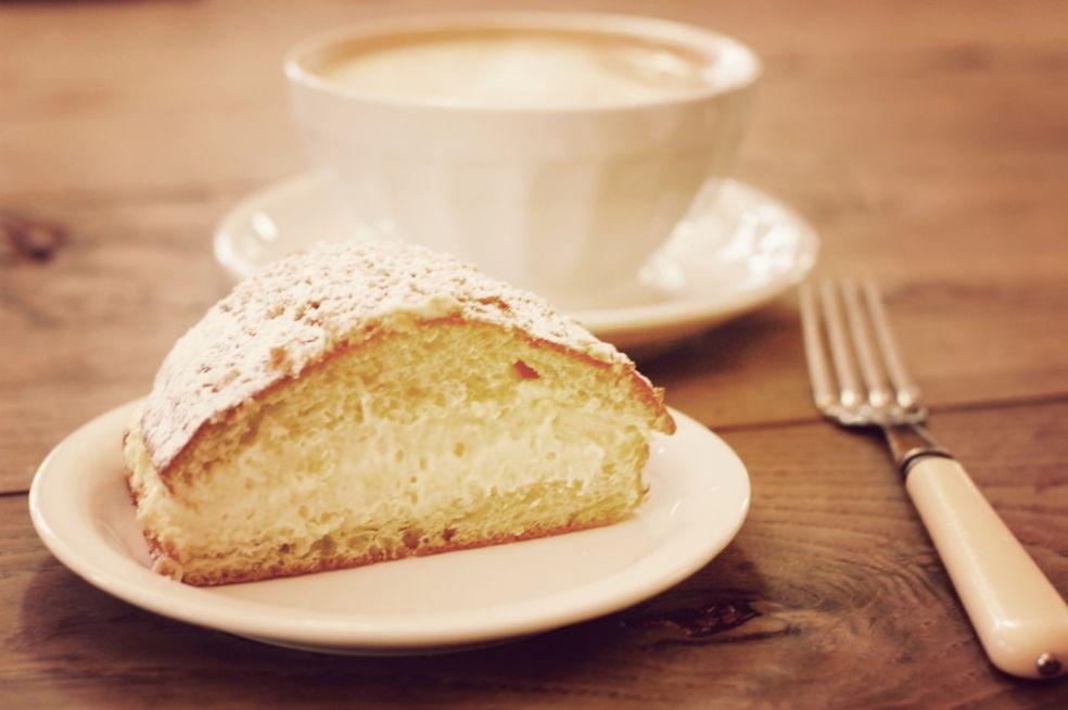 Булочка с сыром и кофе в Буланже