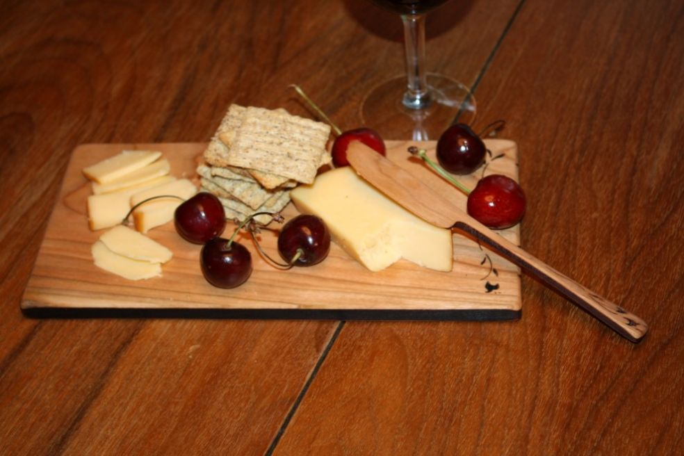 Сырная тарелка к бокалу красного вина