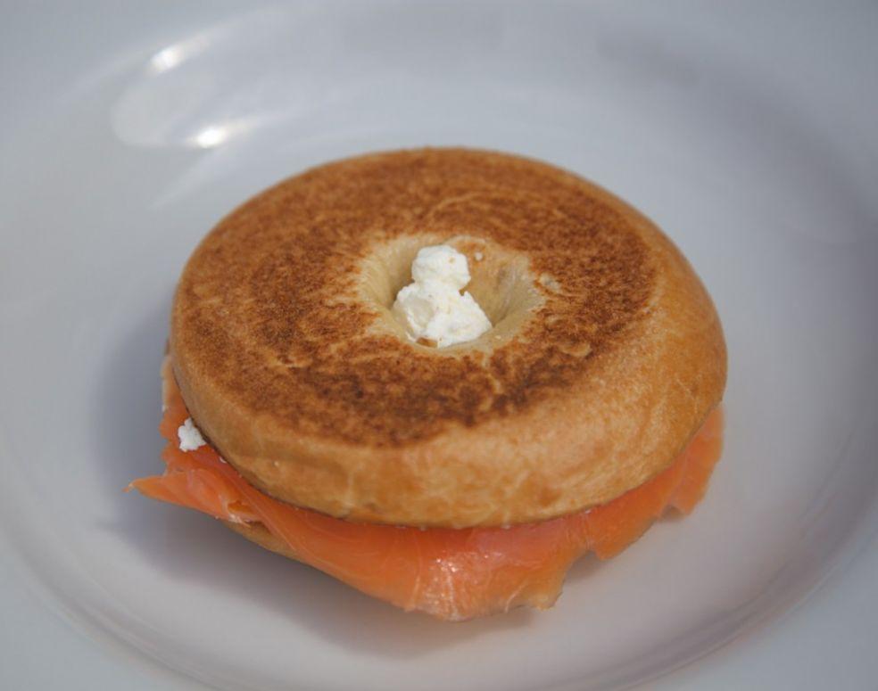 Бутерброд с лососем и сыром Филадельфия