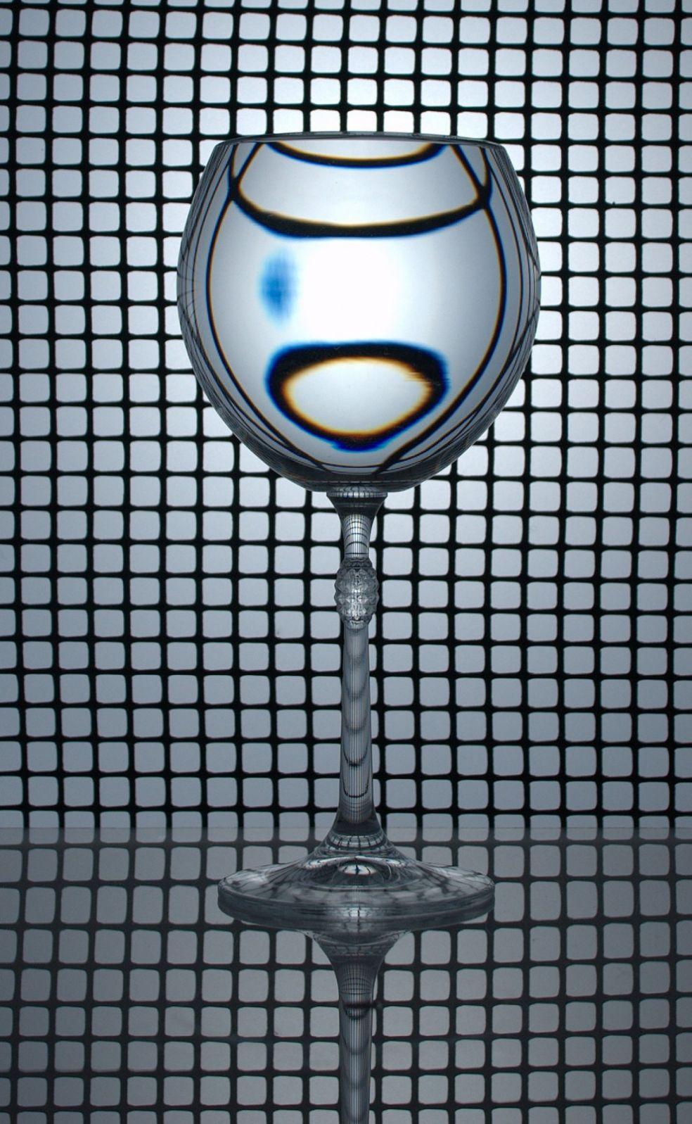 Бокал воды искажает фон