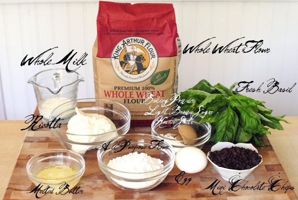 Молоко, цельнозерновая мука (мука грубого помола), свежий базилик, рикотта, пекарский порошок, темный сахар, соль, подтаявшее сливочное масло, мука, яйцо, шоколадные чипсы.