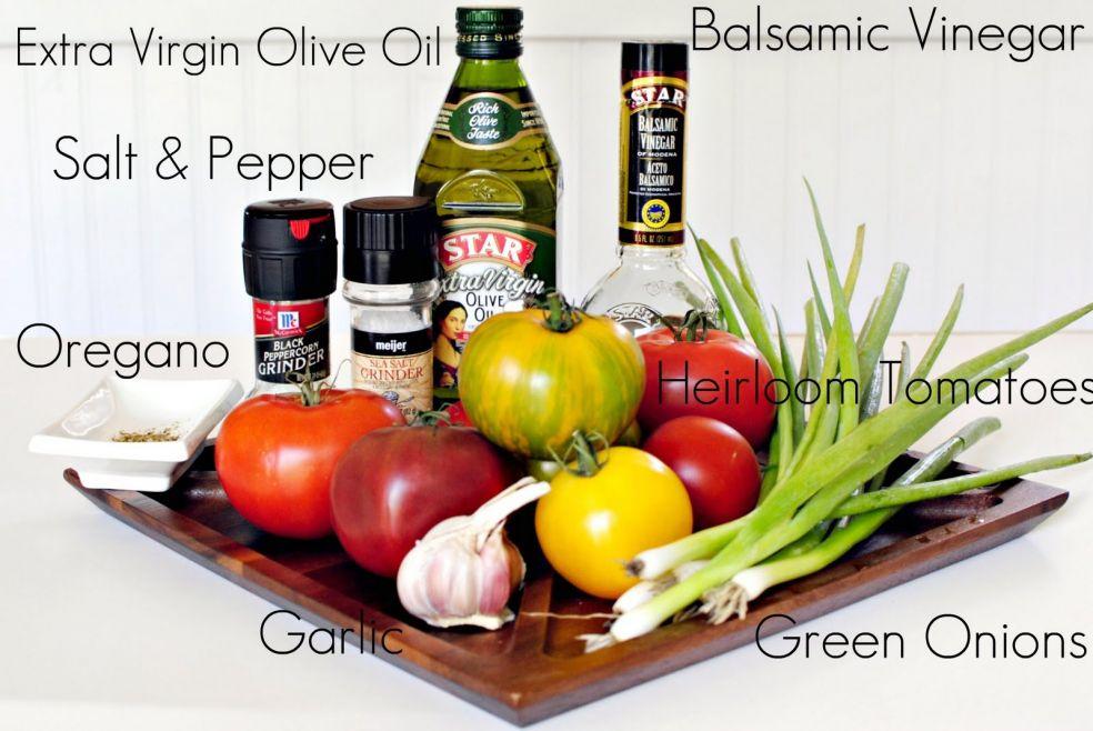 Оливковое масло, бальзамический уксус, соль и перец, орегано, томаты, чеснок, зеленый лук