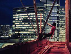 Девушка над пропастью мегаполиса