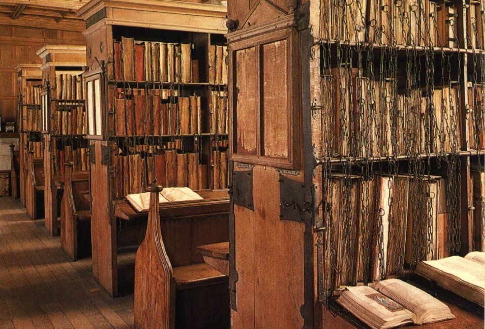 Библиотека с книгами на цепях в Королевской средней школе – Гилдфорд, Англия